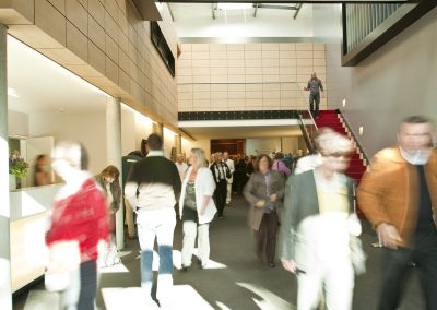 S1-Foyer-Eingang-belebt